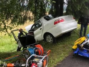 Șoferul a fost extras din mașină de pompierii militari