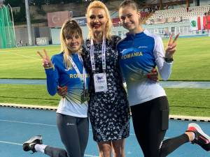 Antrenoarea Erzilia Țâmpău, incadrată de atletele Mădălina Sîrbu și Talida Sfarghiu