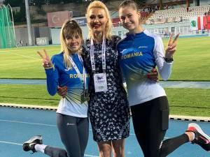 Antrenoarea Erzilia Ţâmpău, încadrată de atletele Mădălina Sîrbu si Talida Sfarghiu