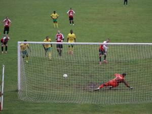 Robert Ciobanu a deschis scorul pentru Șomuz, din penalty. Foto Codrin Anton (Fotosport)