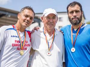 Profesorul Cornel Anton, încadrat de foștii săi elevi Constantin Schumacher și Vasile Maftei. Foto Codrin Anton (Fotosport)