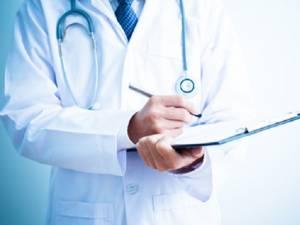 Bolnavii cronici care nu se pot deplasa pot beneficia lunar de o consultație medicală la domiciliu. Foto formaremedicala.ro