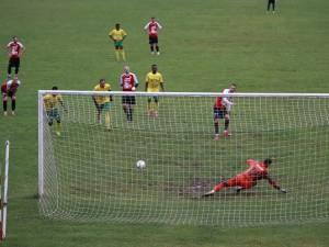 Robert Ciobanu a deschis scorul pentru Şomuz, din penalty. Foto Codrin Anton (Fotosport)