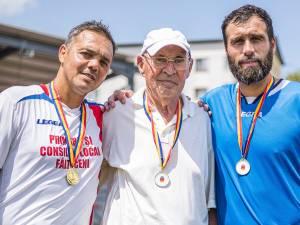 Profesorul Cornel Anton, încadrat de foștii săi elevi Constantin Schumacher şi Vasile Maftei. Foto Codrin Anton (Fotosport)