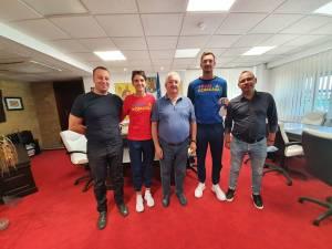 Vicecampionul Olimpic Marius Cozmiuc și canotoarea Ionela Cozmiuc, campioană mondială la dublu vâsle seniori, alături de conducerea municipalității sucevene