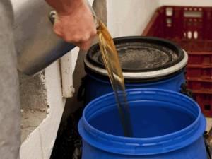 O mie de litri de ulei uzat, ridicat de la o firmă din Rădăuți. Foto reciclaredeseuri.ro