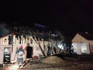 O casă nelocuită a luat foc după ce a fost lovită de trăsnet