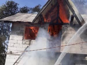 O femeie și un bărbat au suferit atacuri de panică în urma unui incendiu