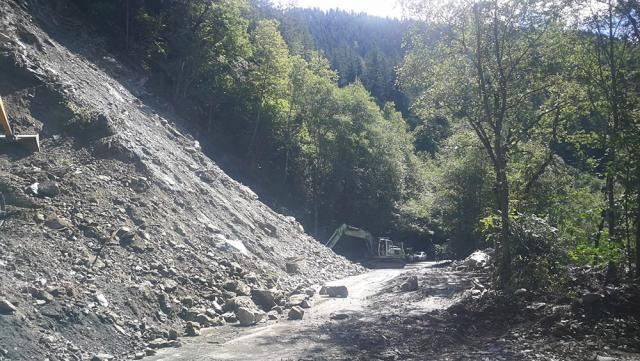 Se pregătește dinamitarea versantului care alunecă pe DN 17B, la Holda - Broșteni