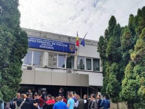 Aglomerație, ieri, în fața IPJ Suceava