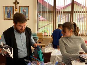 1.200 de elevi proveniți din familii defavorizate au primit ghiozdane noi, echipate cu rechizite