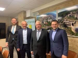 Primarul Sucevei, Ion Lungu și noul primar al Municipiului Cernăuți, Roman Kliciuk (centru), alături de membrii delegației oficiale venite din Ucraina