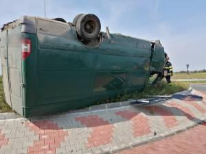 Mașină răsturnată pe sensul giratoriu, la Rădăuți