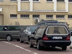 Maşini funerare la morga Spitalului Suceava