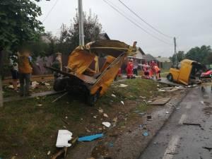 Mașină ruptă în două în urma coliziunii cu un tir