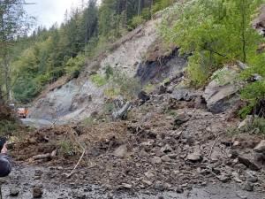 Drumul a fost blocat de noi alunecări