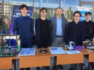 """Membrii Clubului de robotică BIT (Be Innovative in Tehnology) de la Colegiul """"Nicu Gane"""" din Fălticeni, coordonaţi de profesorul Dimitrie Filip"""