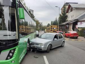 """Autobuz electric de la TPL, lovit de o șoferiță care """"nu l-a văzut"""""""