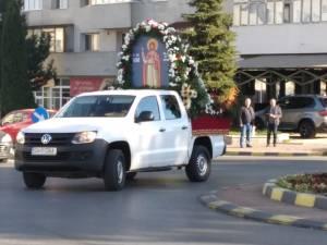 Racla cu moaștele Sf. Ioan cel Nou de la  Suceava, în procesiune pe străzile Sucevei, pentru diminuarea pandemiei.