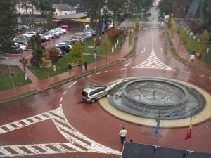 O femeie a intrat cu mașina în fântâna arteziană din fața Spitalului Județean Suceava