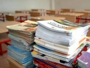 Mii de elevi, mulți din clasele primare, încă nu au primit manualele școlare tipărite