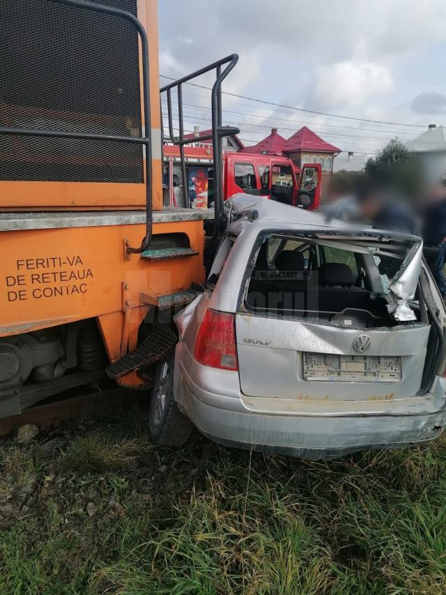Mașină lovită în plin de trenul de Putna – un adult și un copil, la spital cu leziuni
