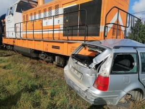 Mașina a fost lovită în plin de trenul Putna-Suceava