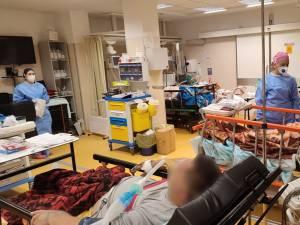 Opt oameni cu Covid, pe oxigen, au așteptat, ieri, în UPU Suceava un loc la ATI