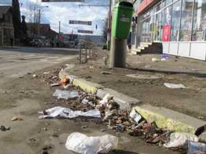 Valuri de praf şi gunoaie pe străzile Sucevei