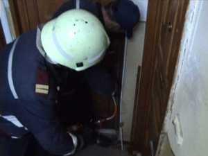 Bătrân imobilizat la pat, scos din casă cu ajutorul pompierilor