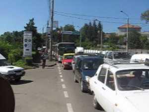Strazile Sucevei, sufocate de masinile a peste 10.000 de italieni