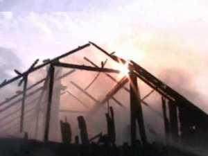 Flăcările le-au făcut acoperişul casei scrum
