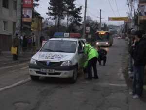 Fetiţă de 12 ani, accidentată pe trecerea de pietoni de o maşină a poliţiei