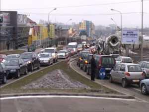 Sute de oameni au blocat E85, in semn de protest fata de triplarea taxei auto