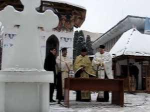 Sfintirea crucii de gheata din centrul Sucevei