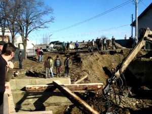 Sătenii din Marginea îşi fac pod de lemn pe DN 17