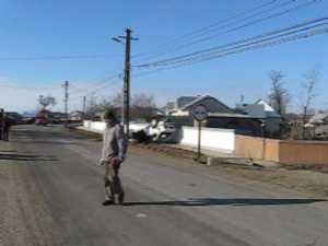S-a răsturnat cu maşina, a scos numerele de înmatriculare şi a fugit de la locul accidentului