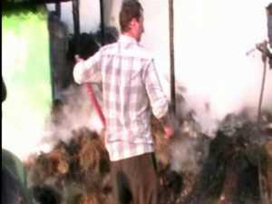 Gospodărie distrusă de flăcări, din cauza instalaţiei de iluminat defectă
