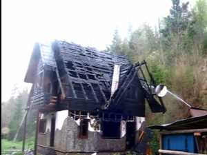 Casa de vacanta a unui politist s-a facut scrum