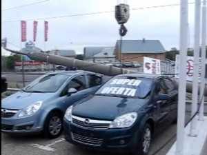 Un stâlp al fostei retele de troleibuze a căzut peste două maşini