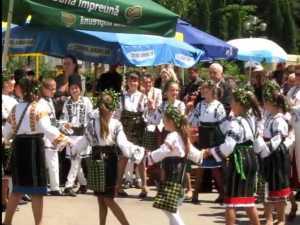 """Un ştergar brodat de 1350 de persoane, prezentat în cadrul Festivalului Minorităţilor """"Convieţuiri"""""""