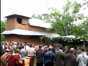 Zeci de credinciosi prezenti ieri la biserica lui Stefan cel Mare construita dintr un stejar