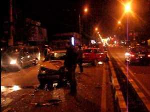 Accident în faţă la Carrefour, după ce un şofer a încălecat scuarul dintre benzi
