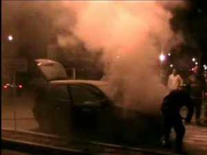 Intervenţie a pompierilor, după ce o maşină a luat foc în stradă