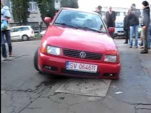 S-a prăbuşit cu maşina în asfalt, în timp ce mergea să plătească taxa auto