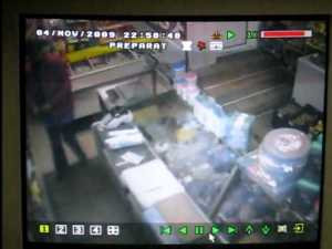 Un taximetrist travestit şi înarmat cu un cuţit de bucătărie a încercat să jefuiască un magazin