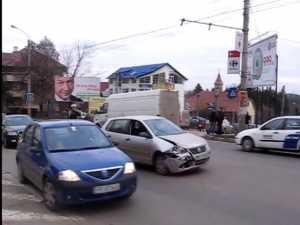 Accident violent în intersecţia supra-aglomerată din centrul Sucevei