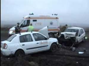 Coliziune violentă şi doi răniţi grav, după ce un şofer a intrat pe contrasens