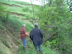 Dealul Teodoreni, la un pas de a se prabusi peste casele de la baza sa