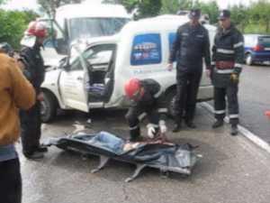Şofer omorat de un microbuz, după ce a derapat şi a intrat pe contrasens